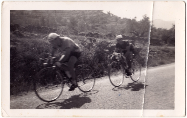 Pepe Esbrí i, menjant-li la roda, Vicent el Salso, passant per la Foieta, davant del camí que entra a Fontanelles.