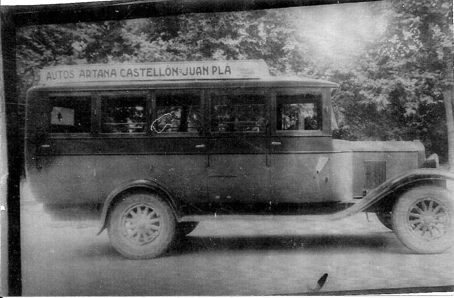La imatge no és molt bona (una foto d'una foto o una fotocòpia), però és un bon document. Es tracta d'un xicotet autobús d'una nissaga d'ordenaris del poble (potser un Ford de principi dels anys 30). El vehicle va ser requisat a principi de la guerra i mai no se li va tornar al propietari.