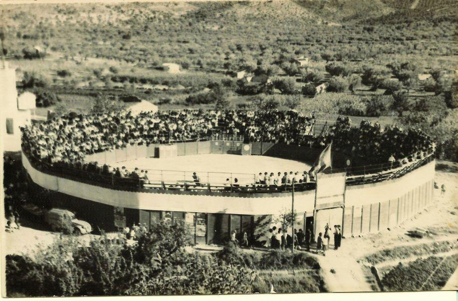 """Esta foto d'una plaça de bous portàtil ha circulat per Internet amb una altra del torero Efraín Girón (1940-2011) que reproduïm a la segona galeria de José Rico """"Seba"""", per la qual cosa deduïm que és de la mateixa correguda, l'estiu de 1963 –els """"burladeros"""" també són els mateixos de l'altra foto. Pareix estar feta des de dalt de les """"Escoles velles""""."""