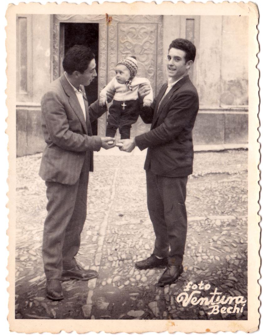 Una simpàtica imatge amb un xiquet de bolquers. S'aprecia molt bé el dibuix de l'empedrat de la plaça, en aquell moment molt desgastat. Està datada per darrere: 15FEB1959.