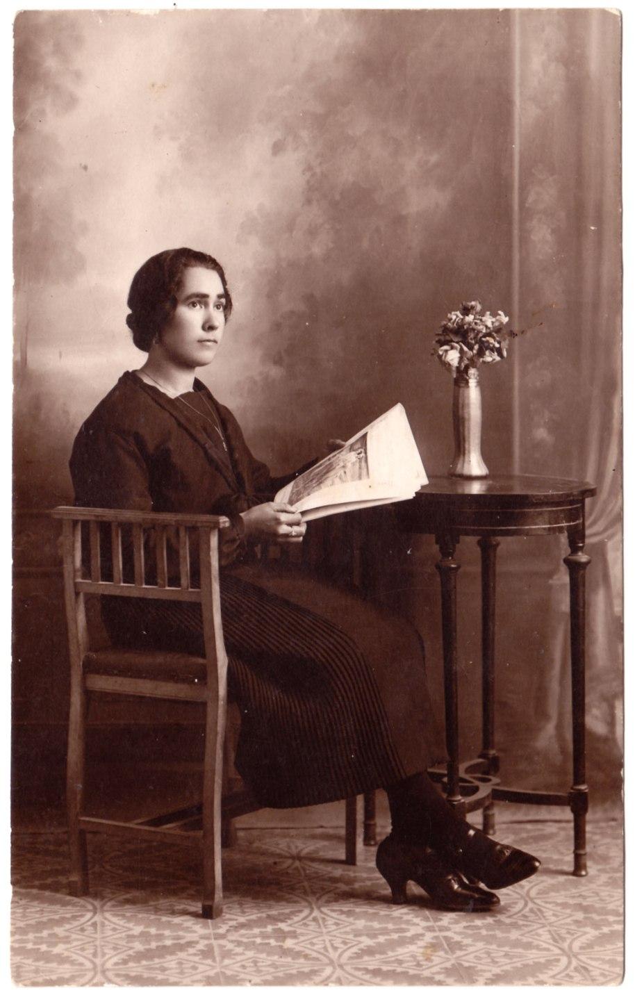 Tirant un poc més enrere, una avantpassada de Sergio: una xica jove vestida de forma molt formal i llegint una revista il·lustrada a l'estudi del fotógraf. Possiblement dels anys 20-30.