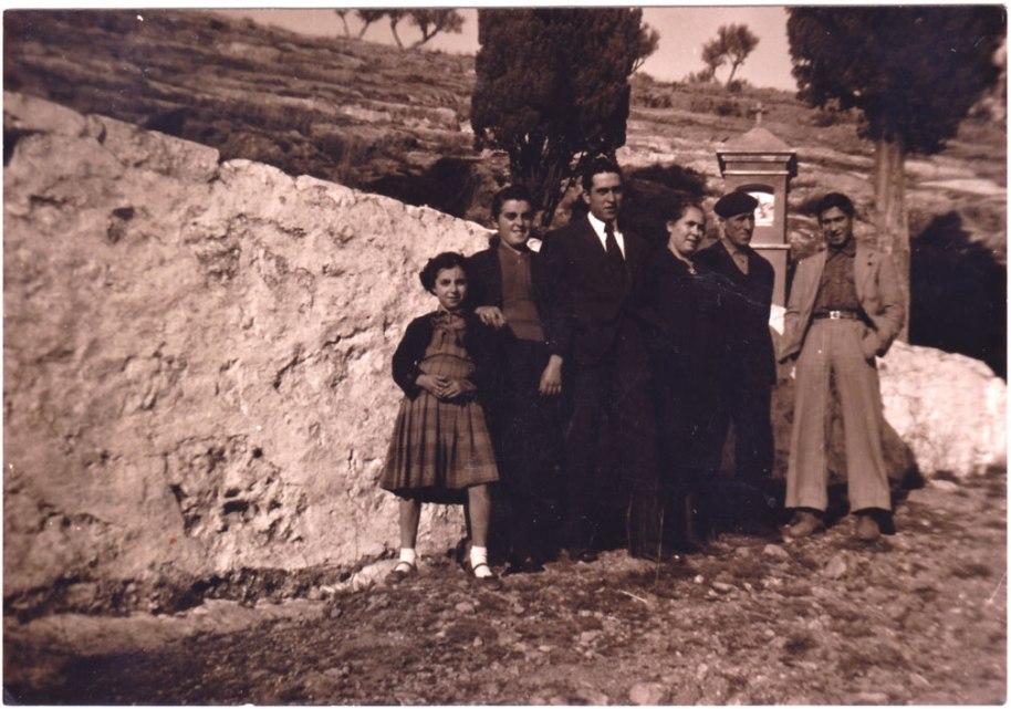 Una preciosa foto de família als caminets del Calvari, tècnicament impecable. Ja estem als anys 60.