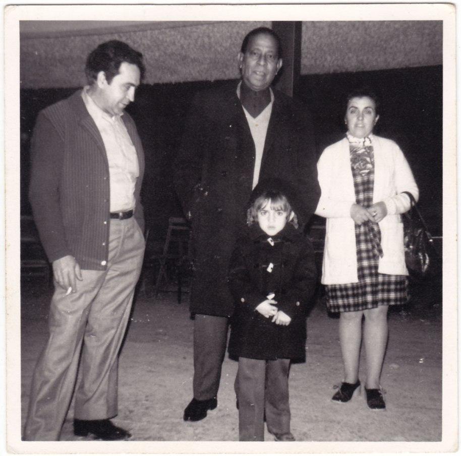 Segurament des de Viriato (segons Mn. Lluís) no havia estat en Artana ningú tan famós: Antonio Machín, íntim amic de la família Vilar Herrero, va estar al nostre poble repetidament, cantant i també de visita informal. Ja estem en els anys 70.