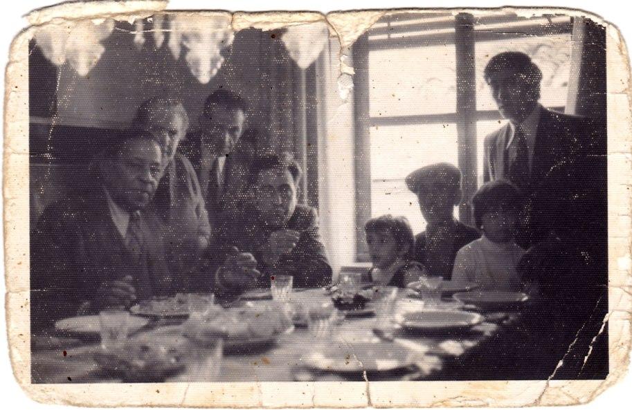 Una altra instantània de la família dinant amb Machín. La foto està molt gastadeta, possiblement perquè ha sigut molt toquejada i molt ensenyada.