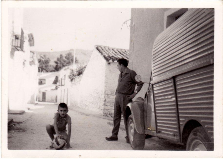 El carrer del Salvador durant els anys 70 virant cap avall.