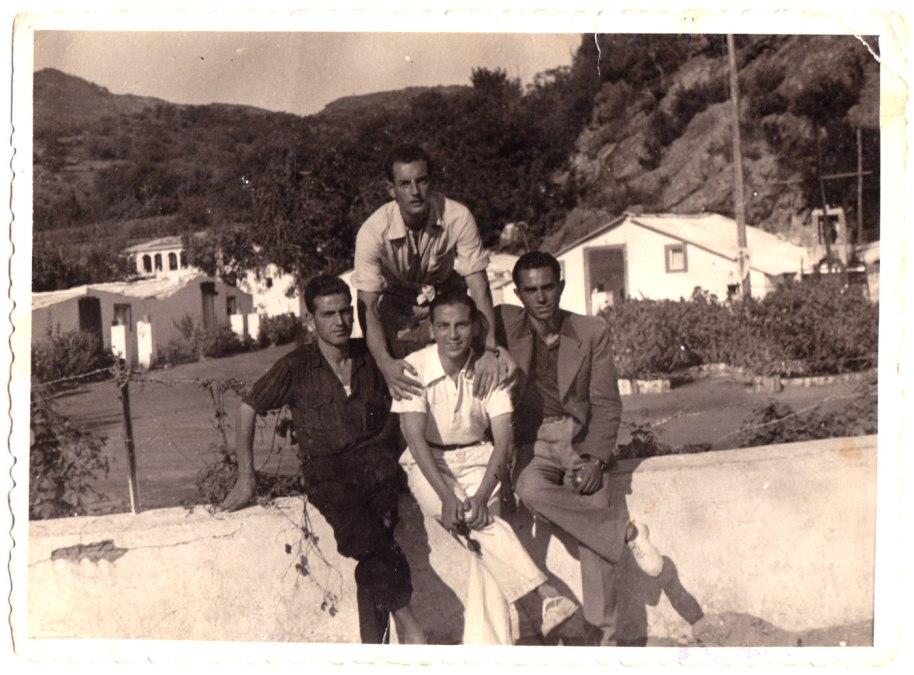 Membre de la Penya Imperio a festes de Tales. La imatge està datada el diumenge 30 d'agost de 1942, vint anys abans que l'anterior –els joves només tenien una vintena d'anyets. Si no hi ha un error, sorprèn que la colla no estiga a festes de Sant Joan. Són, darrere, Juanito Manyà, i davant, d'esquerra a dreta, Juanito Blai, Deogracias Montoliu i José Suquiana. La imatge té format de targeta postal, impresa per Foto Gil Roca, Tales.