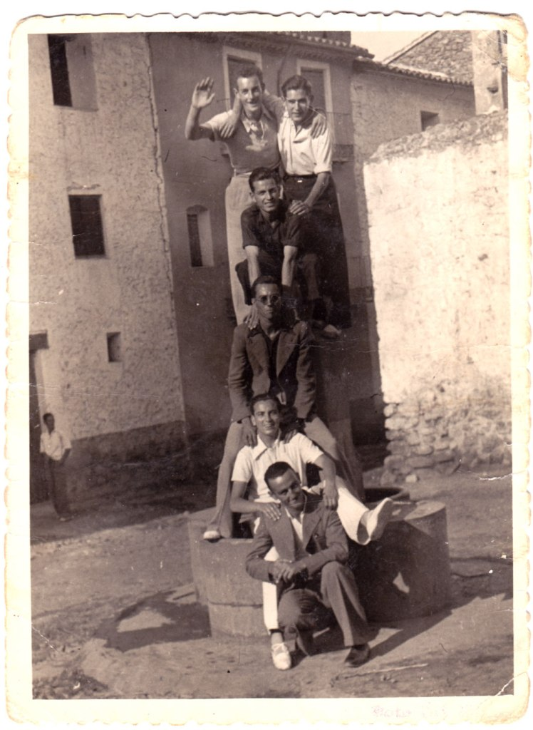 De nou, la Penya Imperio a Tales, un dia abans, dissabte 29 d'agost de 1942. Van anar a quedar-se uns dies? No hi havia festes a Artana? Feia poc més de tres anys que havia acabat la guerra civil, potser no hi havia pressupost per a fer festes llargues com les d'ara. Els amics són Juanito Manyà, Ramonet el Llumero, Juanito Blai, José Suquiana, Deogracias Montoliu i Andreu.