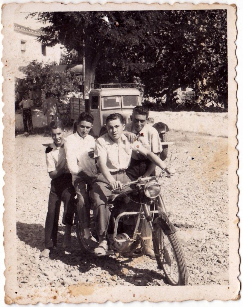 Fira Santa Cristina a l'Ermita. Sobre la moto, d'esquerra a dreta: un desconegut, Juanito Calo, José Sorribes i Eladio