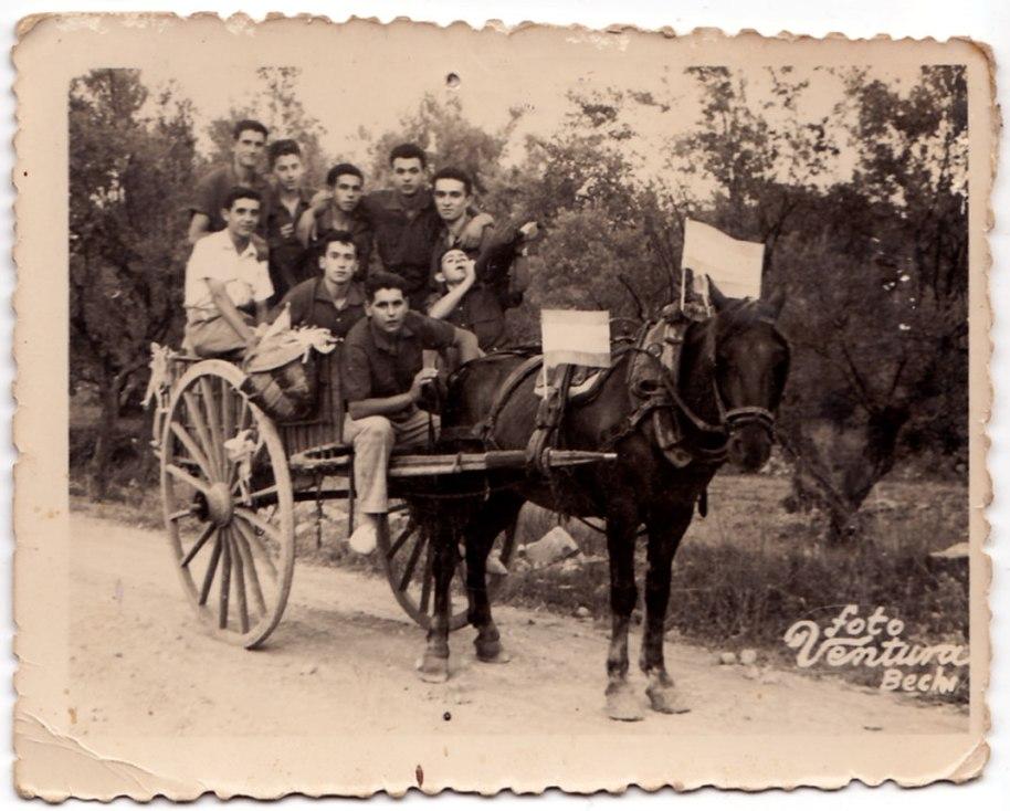 Dijous 24 de juliol de 1958, dia de Santa Cristina. Els joves tenien vehicle propi. D'esquerra a dreta són, amb camisa blanca, Benjamín de Cabedo, darrere Vicente Pla, dos desconeguts, Pepe Solo, Pepe Cala i un desconegut que beu en una bota espectacular. Davant estan Bastero i Ximo Músic