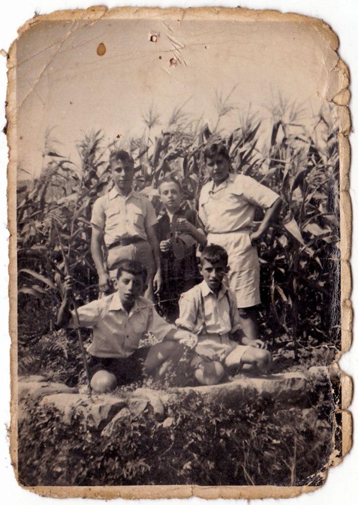Xiquets posant davant d'un impressionant panissar de l'Horta. Són José Herrero (el Barber), un desconegut i un robust Joaquín de Músic. A terra estan Vicente Vilara i un altre desconegut amb tirants