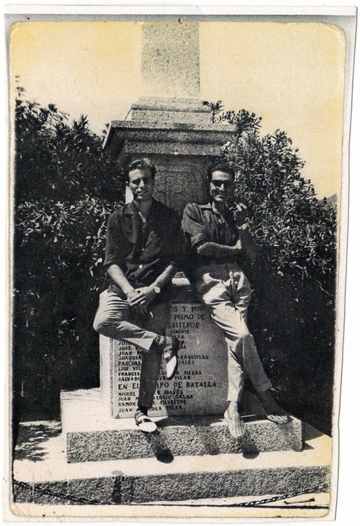 Un poc més cap ací: posant contra la Creu dels caiguts (on ara està l'ambulatori): José el Barber i Eladio