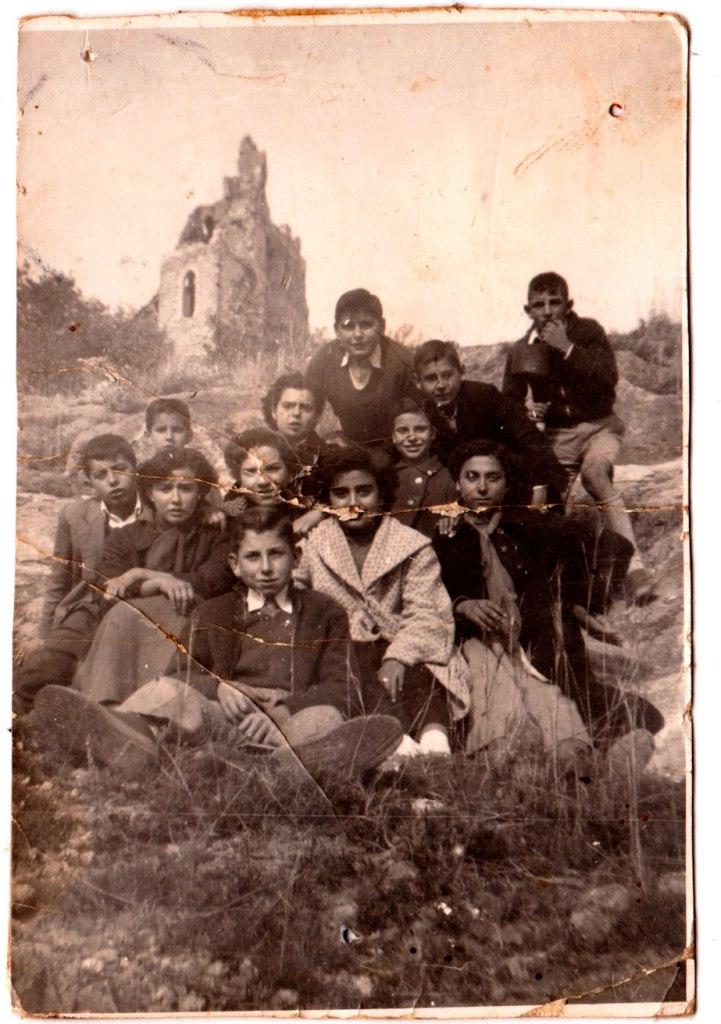 Grup de xiquetes i xiquets a la Costera. No en coneixem a molts: Davant de tots està José Juano, i darrere Joaquín de Músic i José Bonet a l'esquerra d'este.