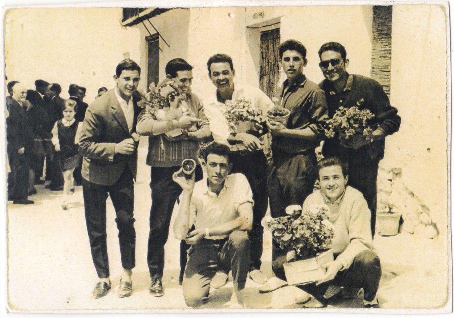 Evidentment es tracta d'alguna festa on els amics posen amb testos i plantetes. D'esquerra a dreta i de dalt a baix: un desconegut, Francisco Roc, Pepe Solo, Vicente Vilara i Eladio. Davant, un desconegut i José Sorribes