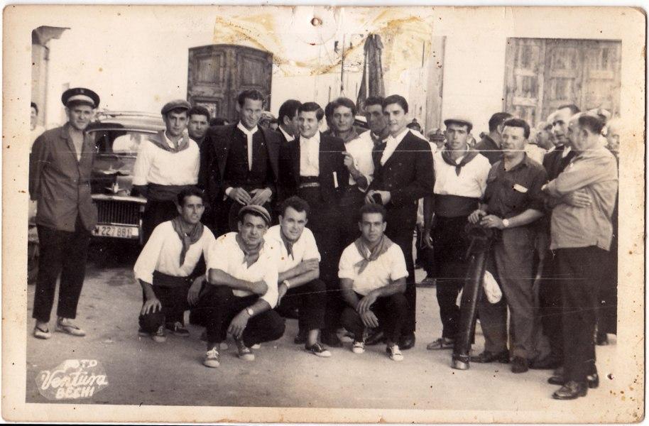 """Els mateixos amb el """"diestro"""" principal, Efraín Girón. Des de l'esquerra, Miguel l'Alguatzil, Bonet, Felip (aguaitant la careta darrera dels toreros), Francisco Roc i a la dreta del tot José Borretes. Ajupits, Eladio, Pepe Solo, Panxut i Cantos"""