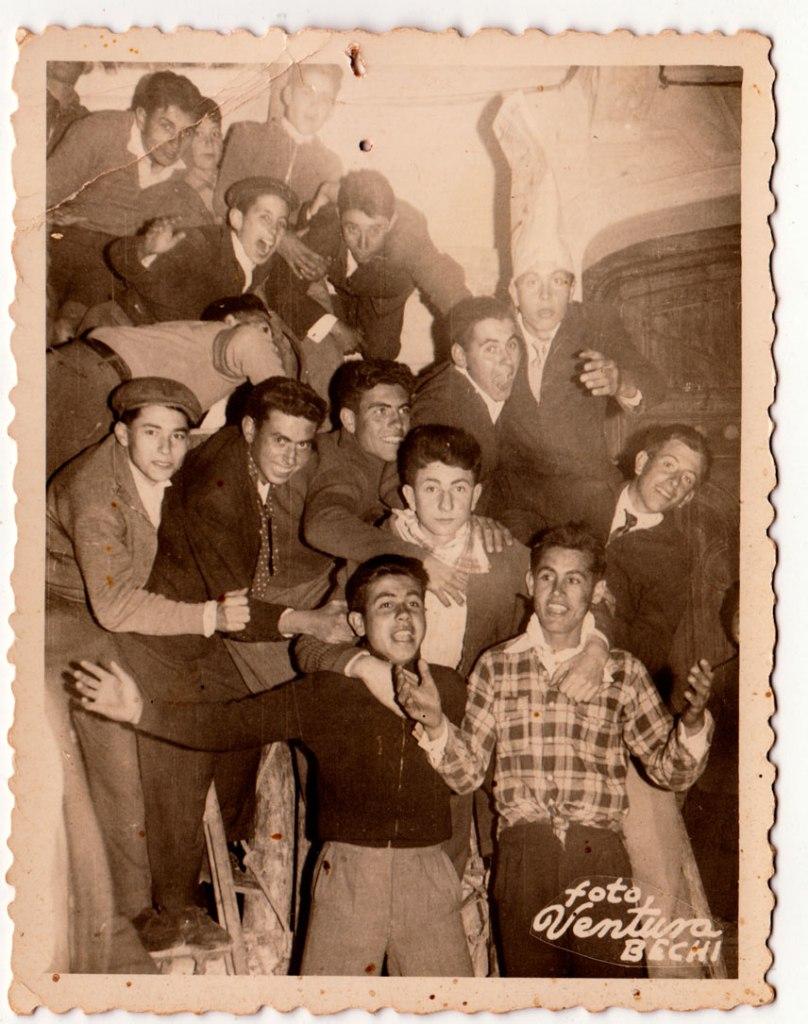 Imatge datada el dimarts 5 de maig de 1959. ¿El bou del Cristo en dimarts? ¿O només estan posant? El grup està pujat sobre les escales que es lligaven als balcons per evitar el bou. Almenys un parell porten mocadors al coll, per les festes. DE dalt per avall, Joaquín de Músic, amb gorra Vicente Vilara y a la vora Juanito Calo. A la fila de baix, amb gorra, José Pansa, Juanito Corina, Josep Baleso, Calet i amb gorro alt Benjamín de Cabedo. Al mig, José Sorribes. Baix del tot, Juanito Cantos i Juan José Bonet.