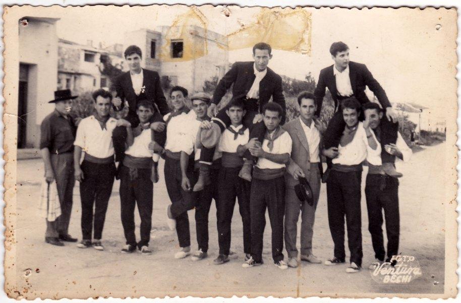 """""""A hombros"""". En la imatge, el tio Calo, Miguel de Panxut, Bonet, Felip, Pepe Solo, Roc, Cantos, Vicente Popi, Pascual de Nano i possiblement Quiquet"""