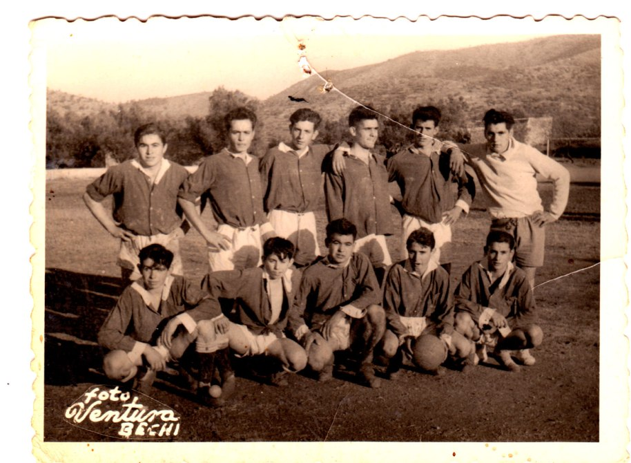 Un equip de futbol: José Sorribes, un desconegut, Vicente Escaleta, un altre desconegut, Vicente Pla, i de porter Joaquín de Músic. Davant, Francisco Roc, Vicente Vilara, Pepe Solo, Juanito Calo i un altre desconegut.