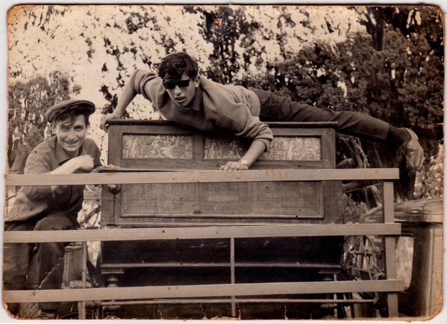 Un detall de la pianola. No hem conegut als joves que apareixen.