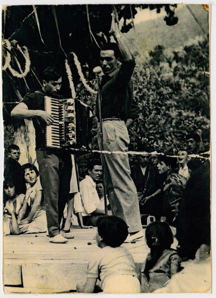 Arreu de les festes José Bastero amenitzava amb el seu acordió. No coneixem al cantant ni al públic. El lloc pareix ser l'Ermita.