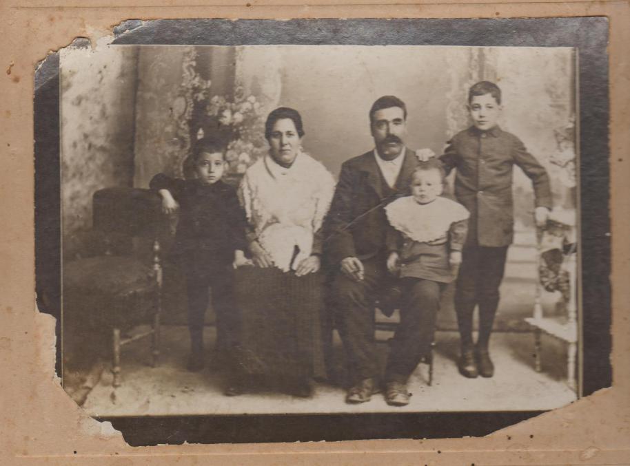 Família Cervantes Loman. D'esquerra a dreta: Rafael, María Loman Navarro, Fernando Cervantes Martínez, Fernando i Antonio
