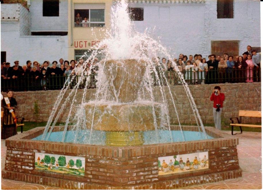 Inauguració de la plaça i de la font. Els retaules ceràmics eren una mostra d'artesania feta expressament que no s'han preocupat per conservar