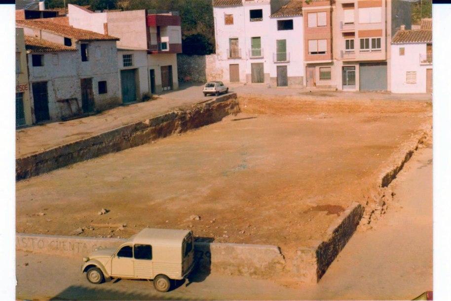Una vista de la Plaça Nova immediatament abans de les obres d'ajardinament. Els carrers estan buits de cotxes. En aquell temps, com ara, la plaça era un espai de jocs per als xiquets. Fixeu-vos en la pintada: CRISTO CUENTA CONTIGO, i darrere QUINTOS'79