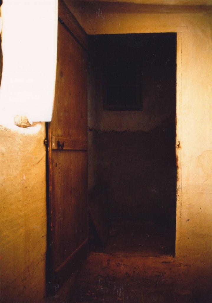 Interior en groc al Molí Dalt sobre 1990. A les escales es pot veure el sòcol gris rematat per una línia ondulada