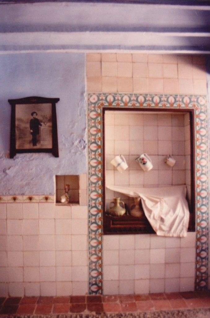De vegades la decoració es feia amb taulellets ceràmics. Els de la imatge són de 1919