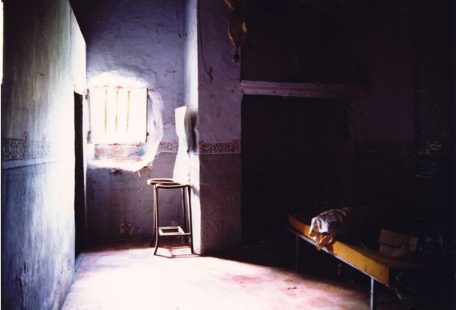 Sanefes sobre sòcol gris al primer pis del Molí Dalt, que servia també com habitatge. Cap a 1990