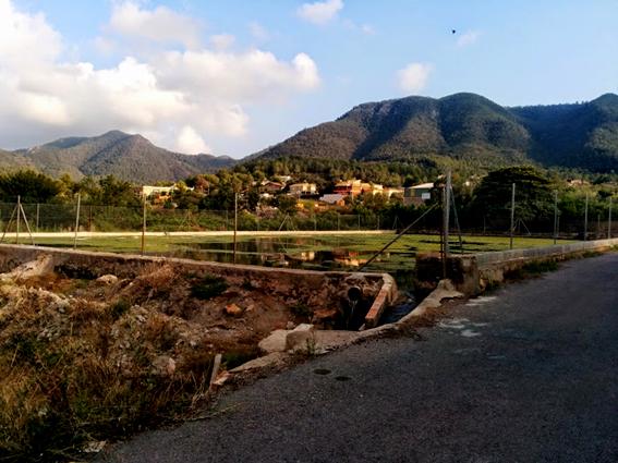 Bassa del Cup, al fons la Urbanització Zorear i l'Ombria d'Artana, part integrant de la Serra Espadà