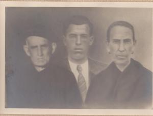 Joan entre son pare i sa mare, en un fotomuntatge de l'època -un costum habitual en cas de defunció.