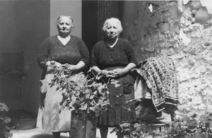 Les germanes Teresa i Pascuala a l'estiu de 1969 ó 1970. Autor Juan Blasco.