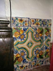 Tres imatges actuals de l'interior de la capella. Aquesta última són restes de ceràmica de l'època